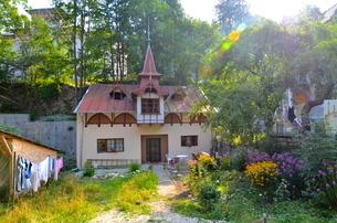 ルーマニアのシナイアの可愛い家の写真素材 [FYI00543850]
