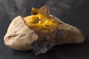 石焼き芋の写真素材 [FYI00544750]