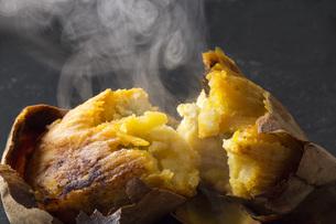 石焼き芋の写真素材 [FYI00544751]