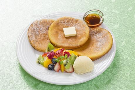 パンケーキとフルーツアイスのスイーツの写真素材 [FYI00544793]