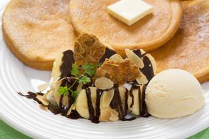 パンケーキとアイスのスイーツの写真素材 [FYI00544796]