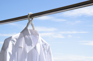 洗濯日和 青空の下でのワイシャツ干しの写真素材 [FYI00544852]