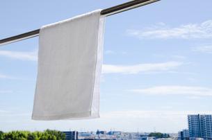 洗濯日和 青空の下でのタオル干しの写真素材 [FYI00544853]