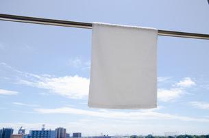 洗濯日和 青空の下でのタオル干しの写真素材 [FYI00544856]