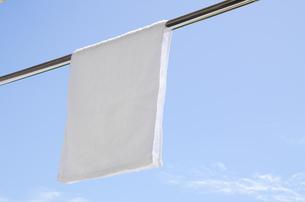 洗濯日和 青空の下でのタオル干しの写真素材 [FYI00544857]