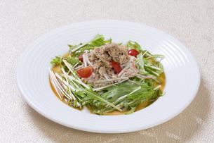 シーチキンと水菜のサラダの写真素材 [FYI00544868]