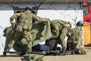 防災訓練の救護シーンの写真素材 [FYI00545154]