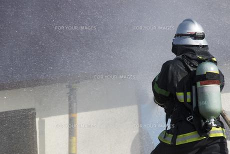 防災訓練の消化活動の写真素材 [FYI00545155]