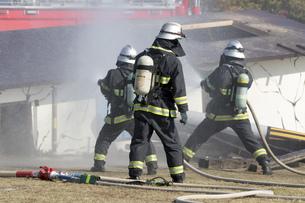 防災訓練の消化活動の写真素材 [FYI00545156]