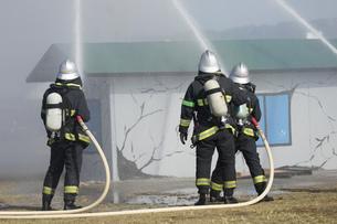 防災訓練の消化活動の写真素材 [FYI00545157]