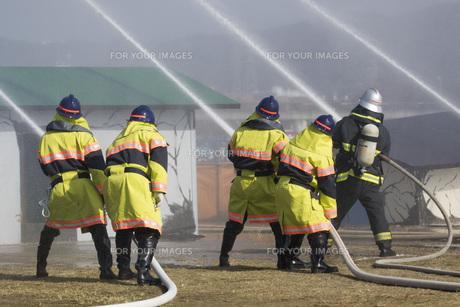防災訓練の消化活動の写真素材 [FYI00545158]
