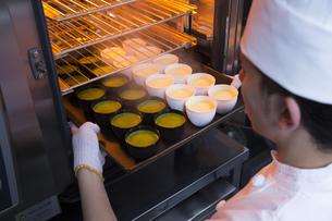 スチームオーブンで焼くプリンの写真素材 [FYI00545244]