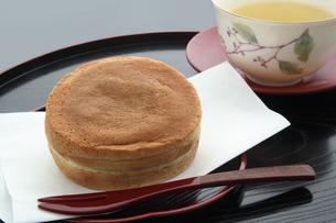 今川焼き 大判焼き 回転焼き 和菓子 断面 緑茶の写真素材 [FYI00545391]