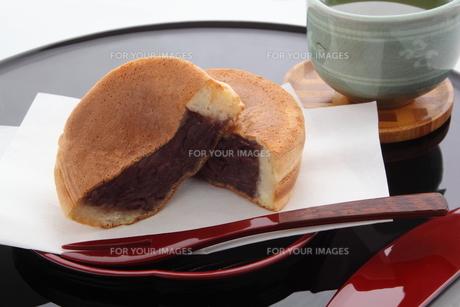 今川焼き 大判焼き 回転焼き 和菓子 断面 緑茶の写真素材 [FYI00545416]