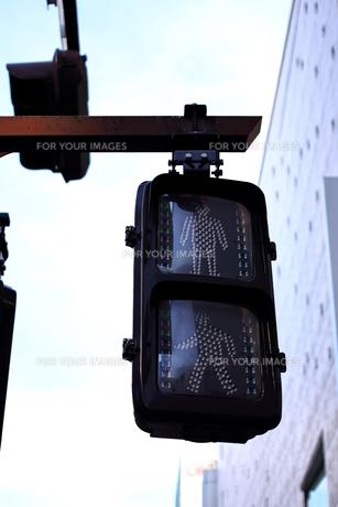 滅灯している信号機の写真素材 [FYI00545474]