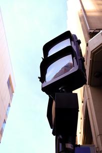 滅灯している信号機の写真素材 [FYI00545475]