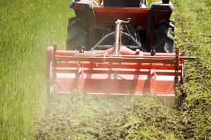 耕運機で耕す農地の写真素材 [FYI00545541]