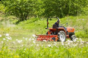 耕運機で耕す農地の写真素材 [FYI00545543]