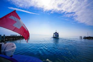レマン湖に浮かぶ船の写真素材 [FYI00545584]