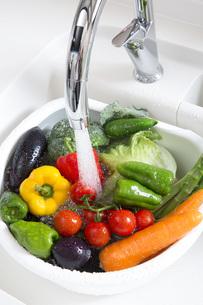 システムキッチンでの野菜の水洗いの写真素材 [FYI00545618]