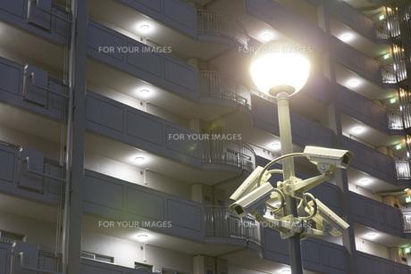 防犯カメラとマンションの夜景の写真素材 [FYI00545621]