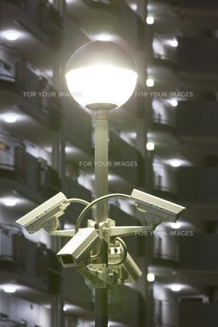 防犯カメラとマンションの夜景の写真素材 [FYI00545627]