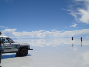 鏡面と化したウユニ塩湖の写真素材 [FYI00547143]