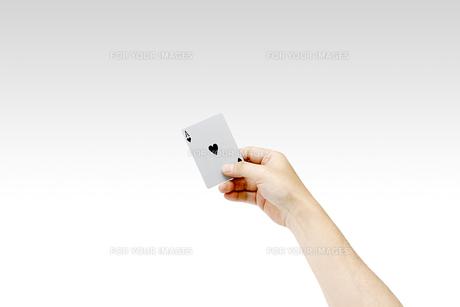 トランプを持つ男性の手 ハートのエースの写真素材 [FYI00547451]