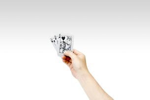 トランプを持つ男性の手 ストレートの写真素材 [FYI00547452]