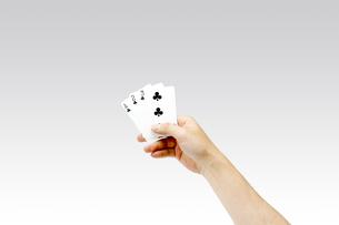 トランプを持つ男性の手 ストレートの写真素材 [FYI00547453]