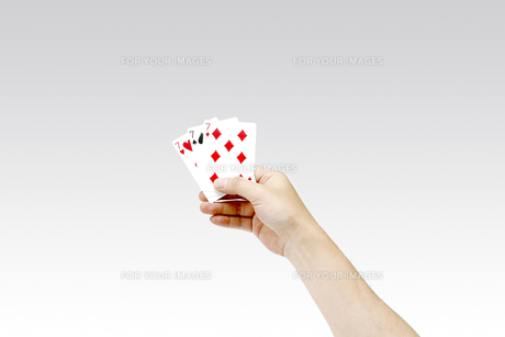 トランプを持つ男性の手 スリーセブンの写真素材 [FYI00547454]