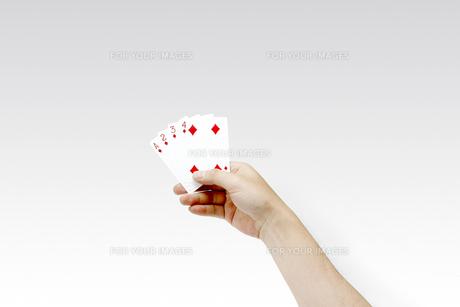 トランプを持つ男性の手 ストレートの写真素材 [FYI00547455]