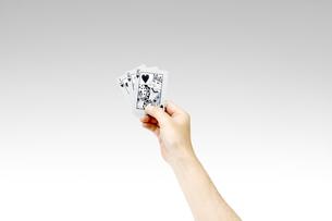 トランプを持つ男性の手の写真素材 [FYI00547456]