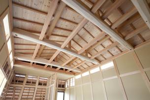 建築中の木造家屋内の写真素材 [FYI00547464]