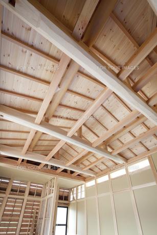 建築中の木造家屋内の写真素材 [FYI00547467]