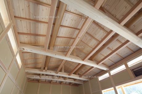 建築中の木造家屋内の写真素材 [FYI00547477]