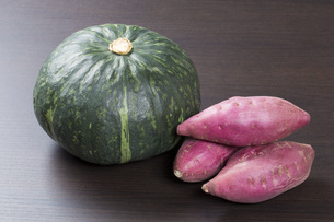 カボチャとサツマイモの写真素材 [FYI00547494]