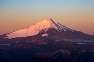 朝焼けに染まる富士山の写真素材 [FYI00549505]