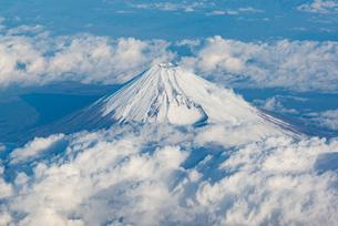 雪を頂いた富士山 山頂の写真素材 [FYI00549539]