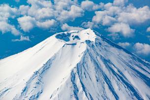 雪を頂いた富士山 山頂の写真素材 [FYI00549541]
