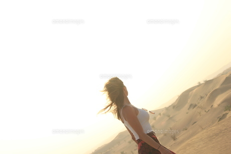 風纏う異国の女性の写真素材 [FYI00549632]