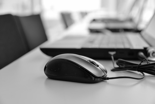 マウスとノートパソコンの写真素材 [FYI00551745]