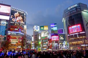 渋谷駅前の夜景の写真素材 [FYI00551767]