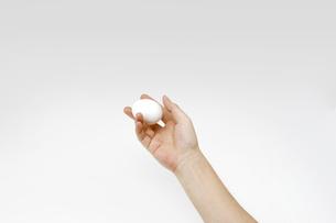 白い卵を持つ男性の手の写真素材 [FYI00551783]