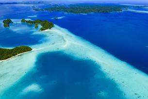 クジラ島とロングビーチ - パラオ 世界遺産 ロックアイランド群と南ラグーンの写真素材 [FYI00551824]