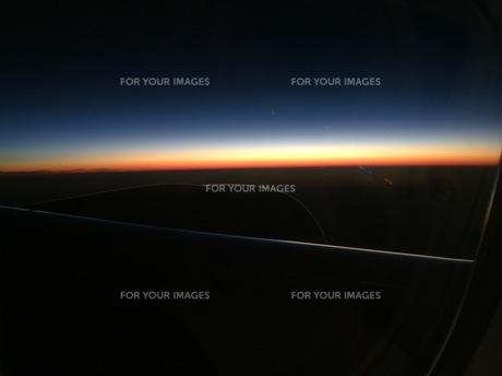 機内から見る日の出の写真素材 [FYI00556772]