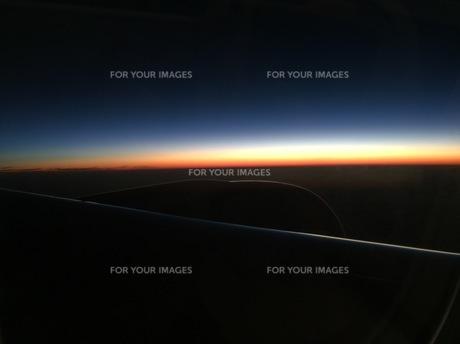 機内から見る日の出の写真素材 [FYI00556773]