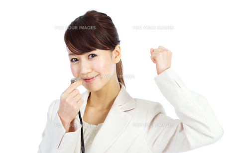 笛を吹くビジネスウーマンの写真素材 [FYI00557214]