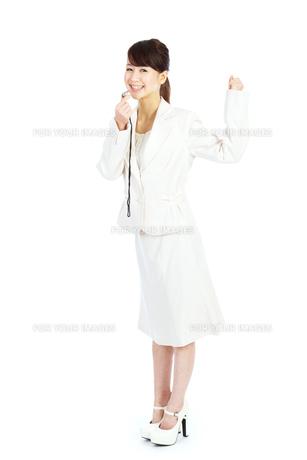 笛を吹くビジネスウーマンの写真素材 [FYI00557218]