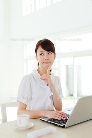 デスクワーク中のビジネスウーマンの写真素材 [FYI00557552]